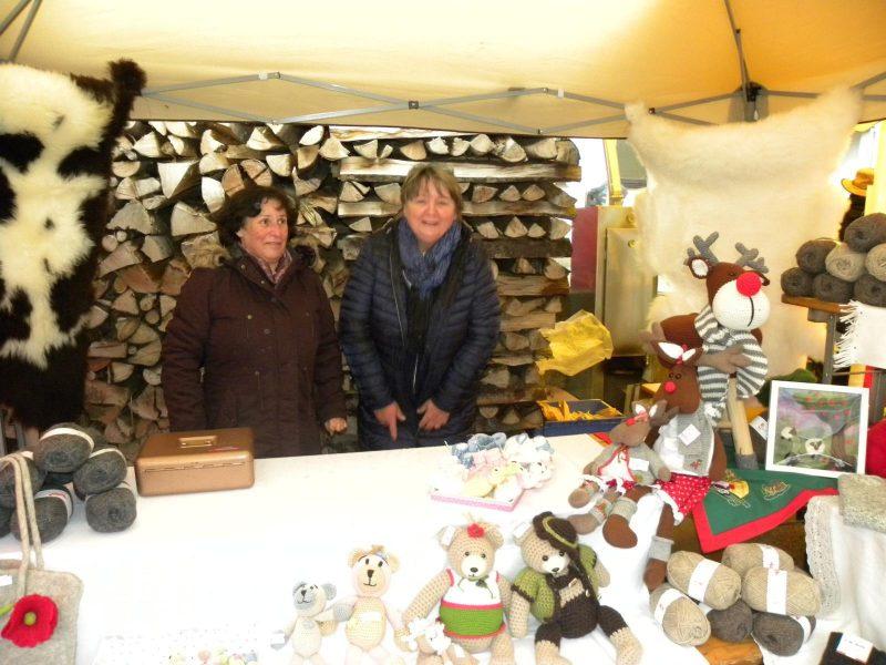 Loisi und Anni bieten ihre Kunstwerke dar.