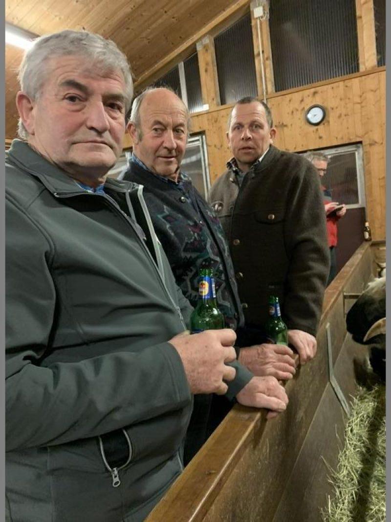 Zuchtbuchführer Gerhard Köck mit Hans Hölz und Ander