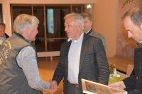 Unser Zuchtbuchführer, Herr Gerhard Köck wird dem goldenenen Ehrenzeichen des Tiroler Schafzuchtverbandes ausgezeichnet